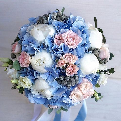 Букет невесты из пионов в голубой гамме