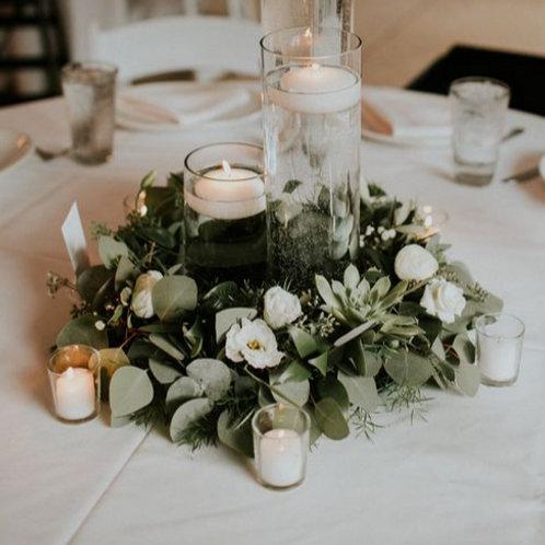 Круглая композиция на стол гостей со свечкой