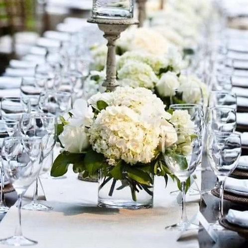 Композиция на стол гостей из гортензии и роз