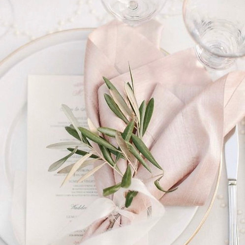 Декор салфетки зеленью и шелковой лентой