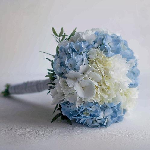 Голубой свадебный букет из белой и голубой гортензии