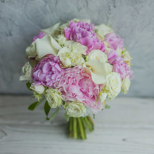 Букет невесты из пионов, роз и калл