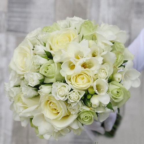 Кремовый букет невесты из фрезии и роз