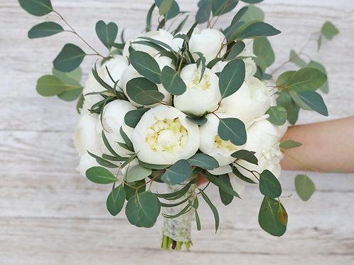 Букет невесты из пионов с зеленью