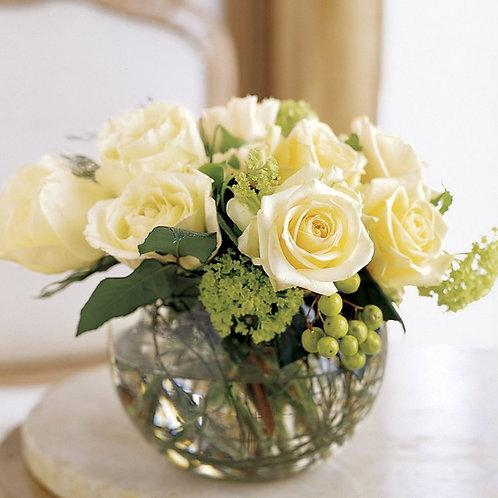 Композиция из белых роз и зелени на гостевой стол