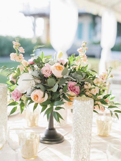 Композиция на стол гостей с пионами и пионовидными розами
