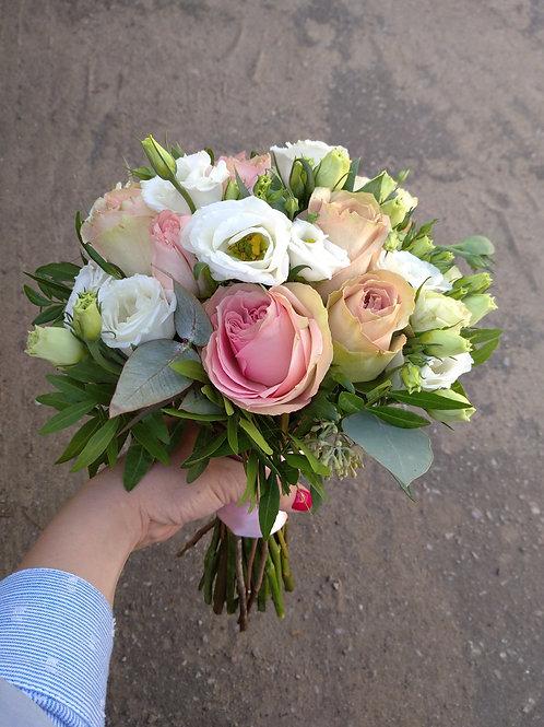 Розовый букет невесты из роз  и эустомы