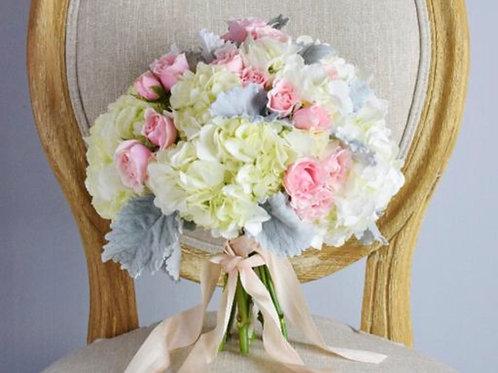 Свадебный букет из гортензии, роз и зелени