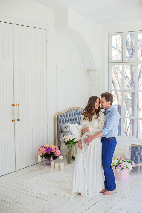 новогодняя фотосессия беременной с мужем в студии