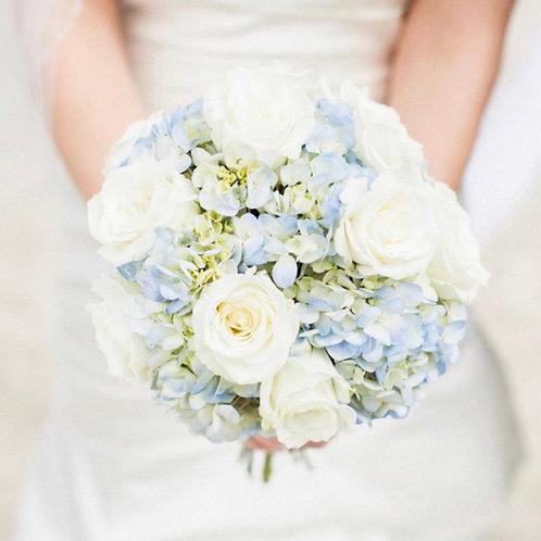 Букет невесты из белых роз и гортензии