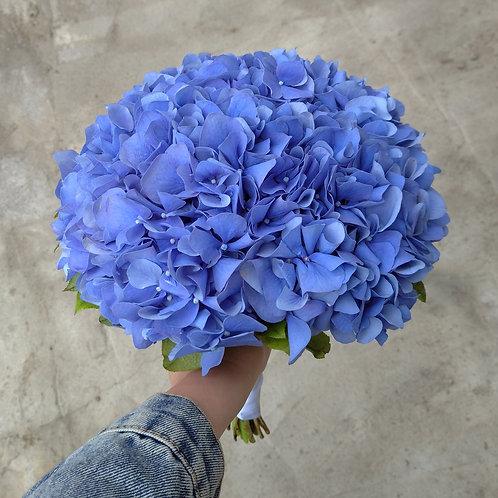 Букет невесты из синей гортензии