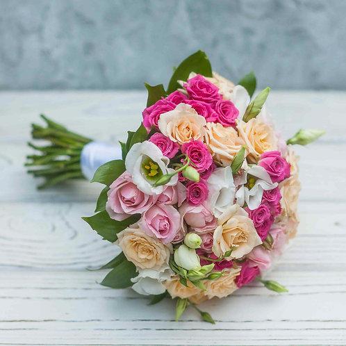 Свадебный букет из кустовых роз и эустомы