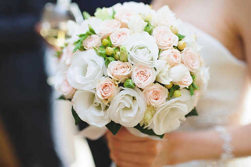 Свадебный букет невесты из кустовых роз и гиперикума