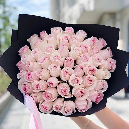 Букет из 51 розовой розы в крафте