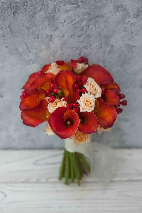 Букет невесты из рыжих калл, гиперикума и роз