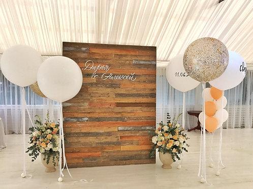 Фотозона с деревянной ширмой и воздушными шарами