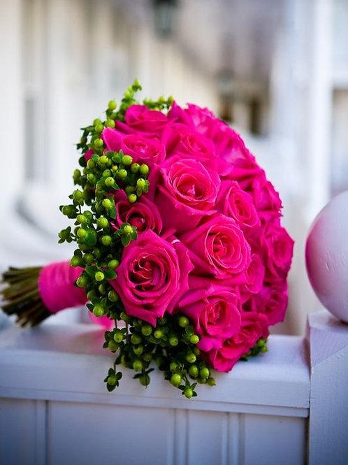 Букет невесты из роз цвета фуксия