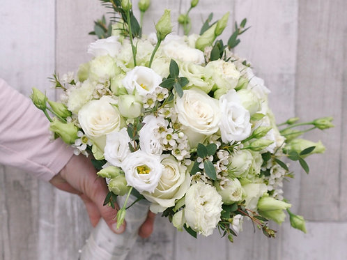 Белый раскидистый букет невесты с зеленью
