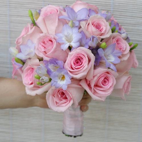 Свадебный букет из роз и фрезии