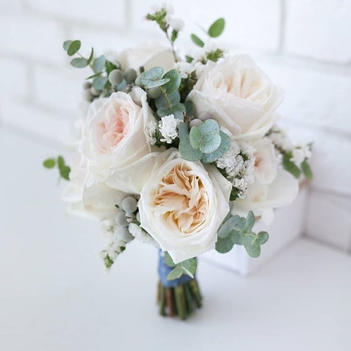 Букет невесты из пионовидных роз и эвкалипта