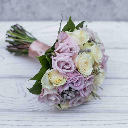 Пудровый свадебный букет из роз и брунии