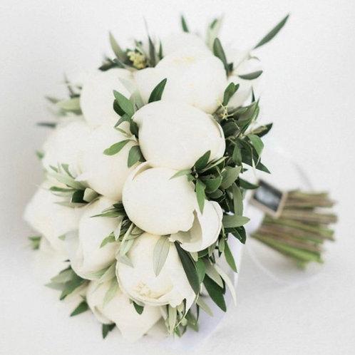 Букет невесты из белых пионов с зеленью