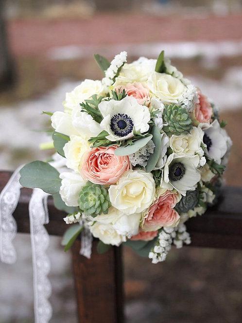 Свадебный букет из анемонов, роз и суккулентов