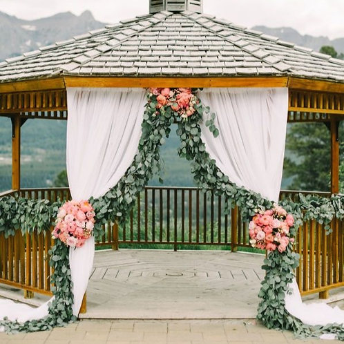 Декорирование беседки цветами и тканями