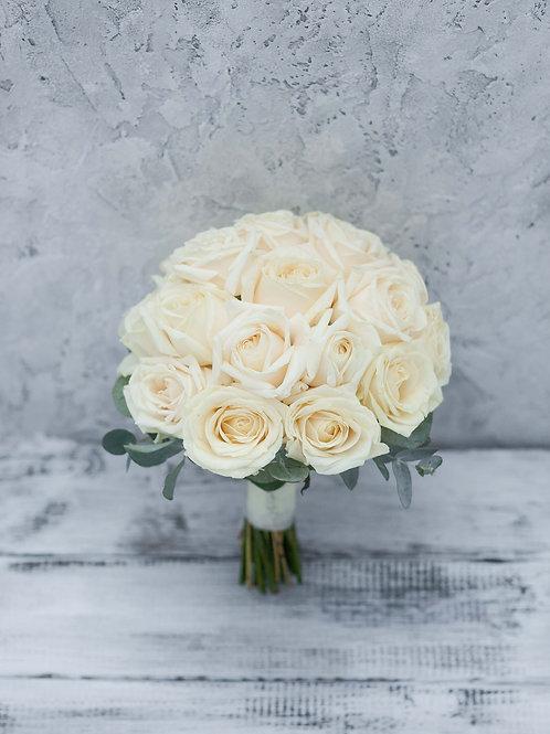 Букет невесты из кремовых роз на свадьбу