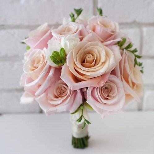 Букет невесты из персиковых роз и фрезии