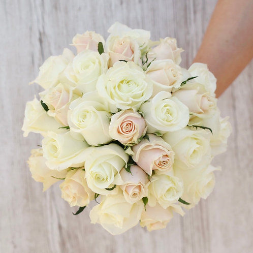 Букет невесты из белых роз и кремовых роз