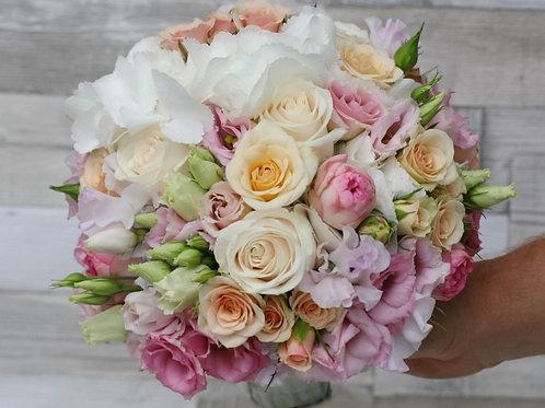 Букет невесты в розово персиковой гамме