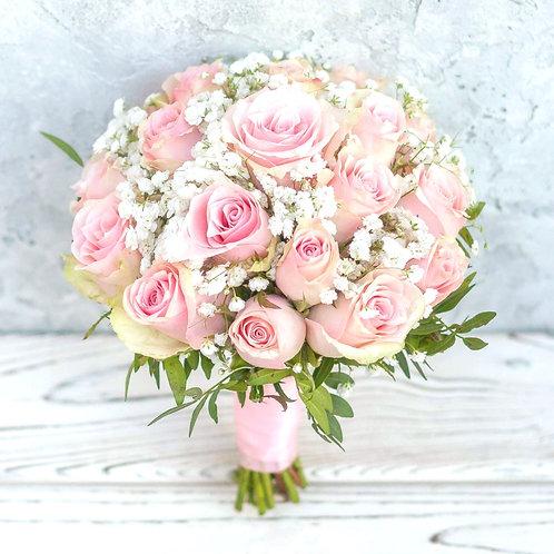 Розовый букет невесты из роз и гипсофилы