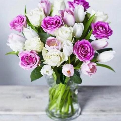 Свадебная композиция на стол из роз и тюльпанов