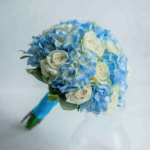 Голубой свадебный букет из роз и гортензии