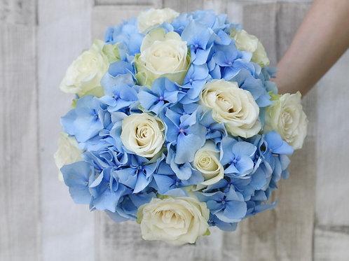 Букет невесты голубого цвета из роз и гортензии
