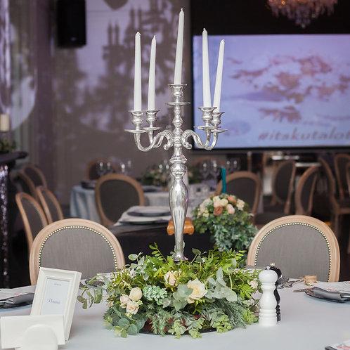 Композиция с канделябром на столы гостей