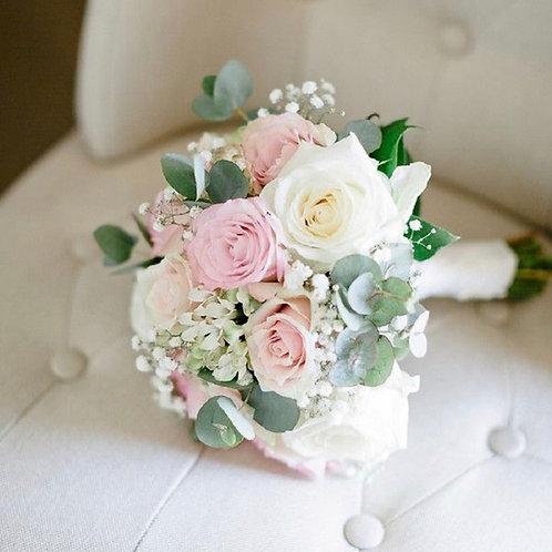 Букет невесты из розовых и белых роз, эвкалипта и гипсофила