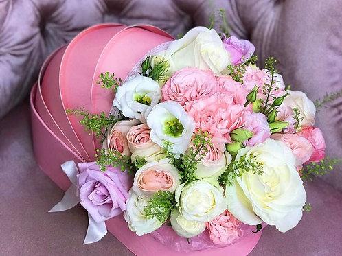 Цветы в коляске из пионовидных роз