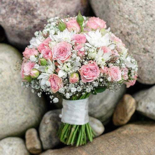 Букет невесты из розовых кустовых роз, хризантем и гипсофила