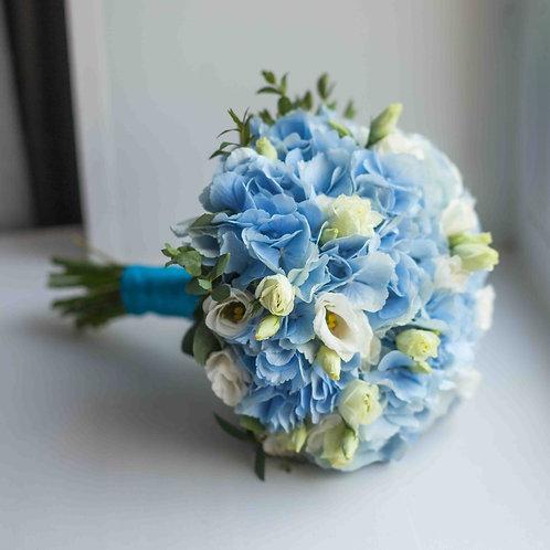 Голубой букет невесты из гортензии и эустомы