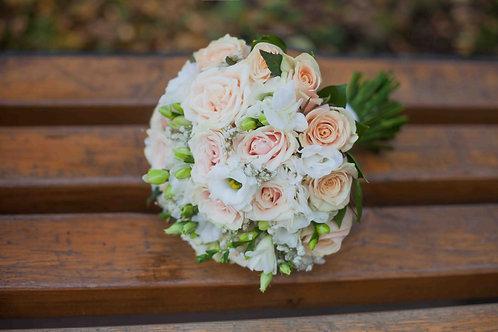 Бежевый букет для невесты из роз, эустомы и фрезии