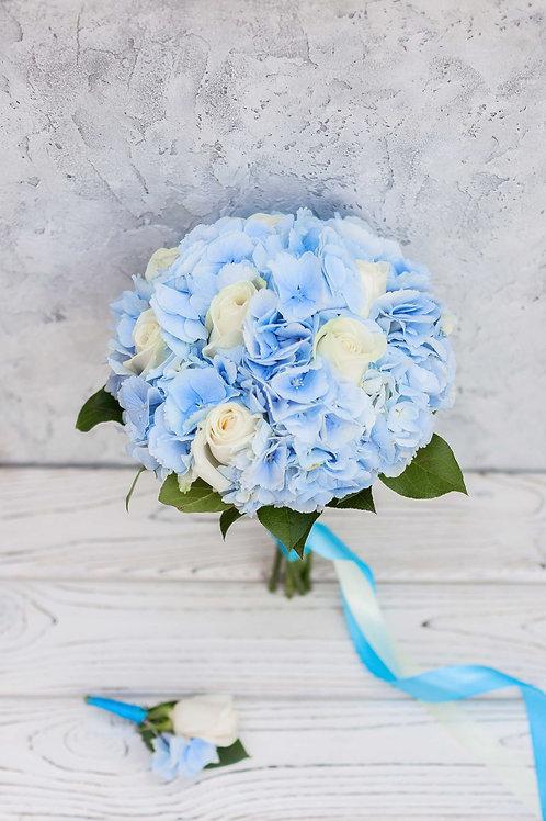 Голубой букет невесты из роз и гортензии