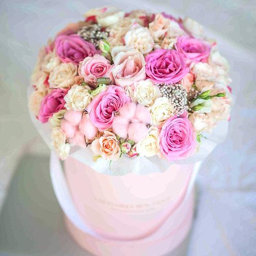 Букет в коробке ассорти с розами и хлопком
