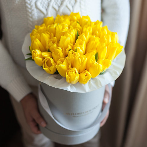 Желтые тюльпаны в коробке