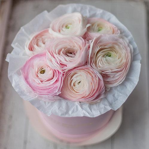 Розовые ранункулюсы в коробке