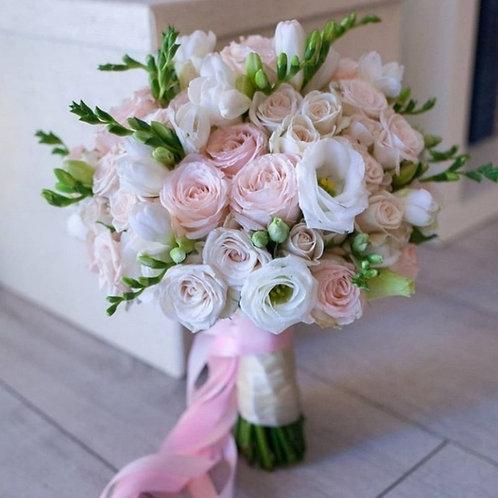 Букет невесты из роз бомбастик, эустомы и фрезии
