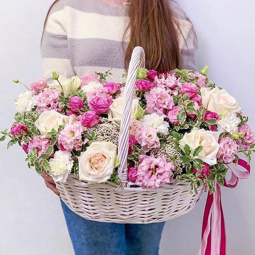 Цветочная корзина с розами, эустомой и зеленью