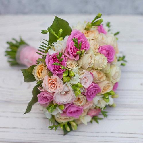 Свадебный букет из кустовых роз и фрезии