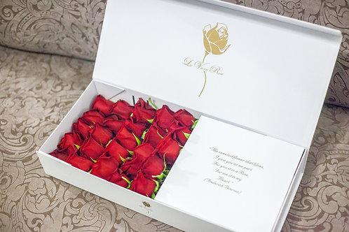 красные розы в прямоугольной коробке